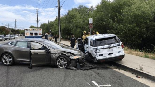 Autopilot versagte: Tesla fuhr gegen Streifenwagen